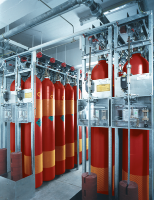 Extinguishing agent storage in high-pressure steel cylinders or low-pressure containers
